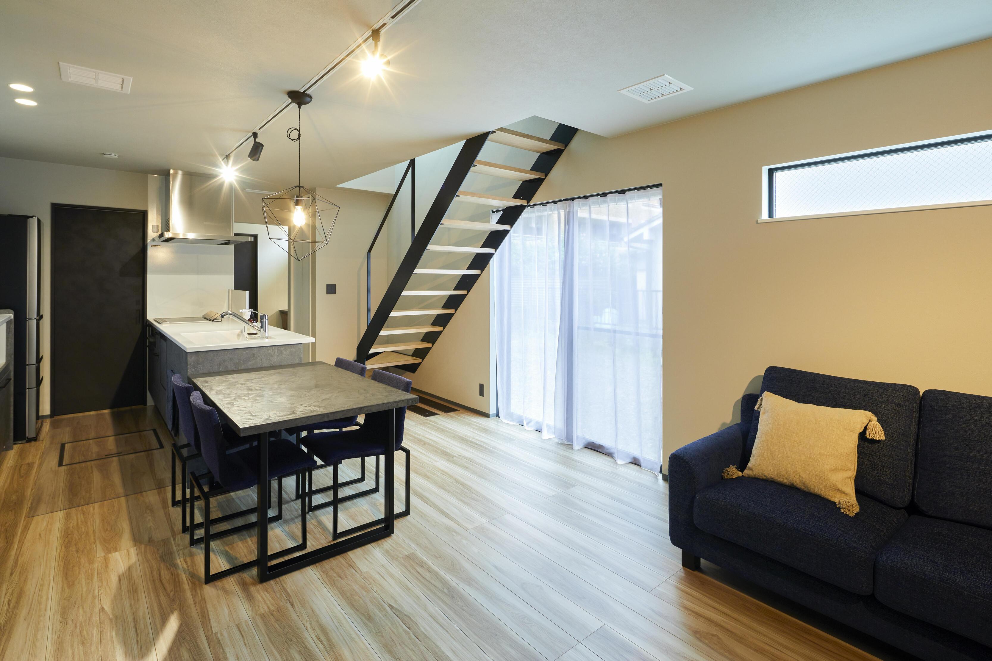 お部屋のアクセントにもなるリビングイン階段。スケルトンの鉄骨階段によって、縦方向での抜け感を感じることができる