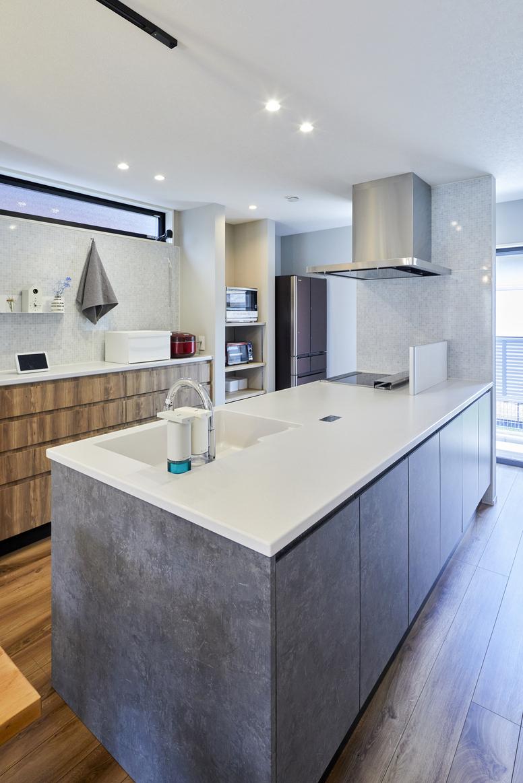 キッチンに接する壁の裏側にもホーローキッチンパネルを採用。隠れた面までうまく活用できるよう工夫されている。