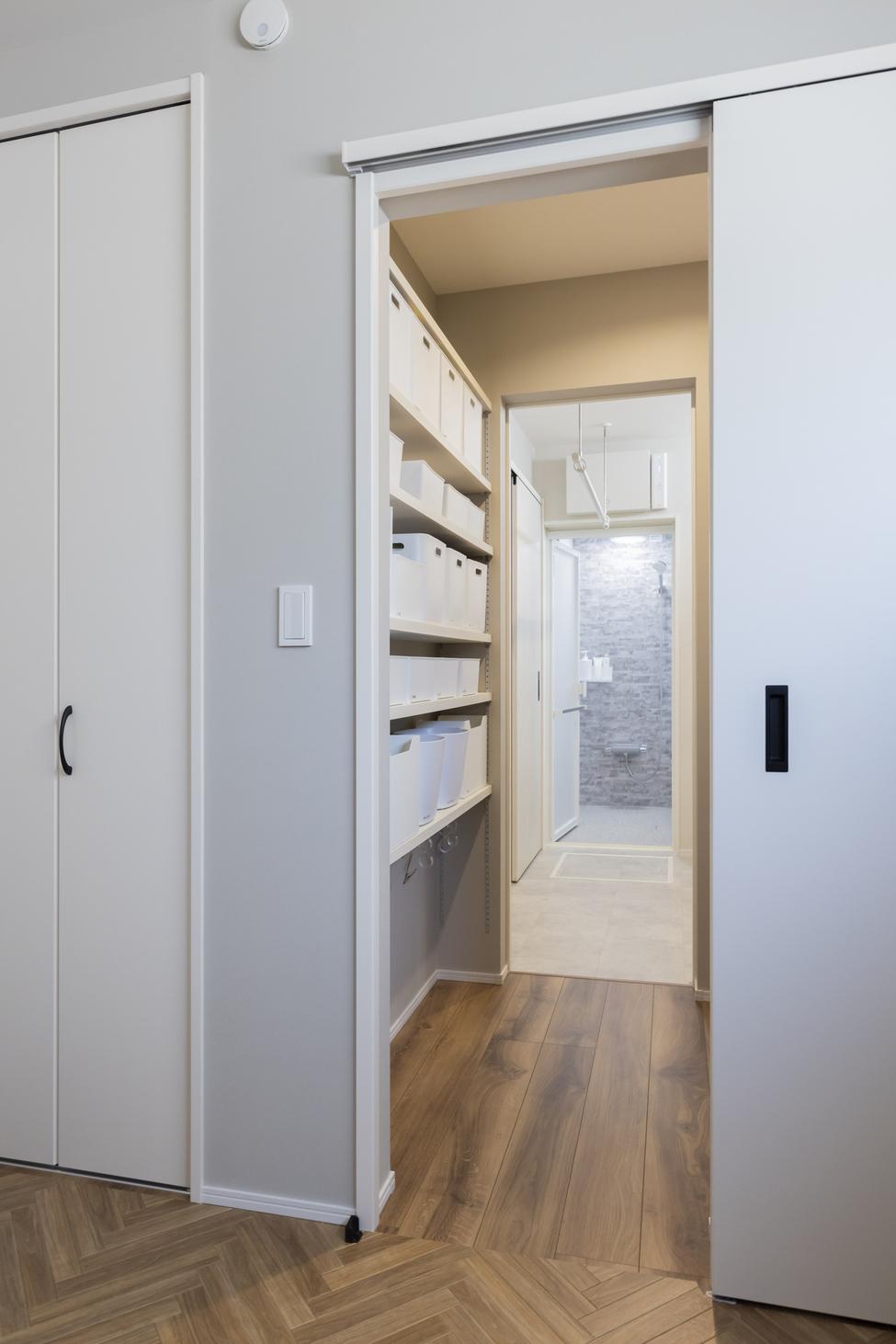 洋室から繋がるWICは洗面室にも繋がり生活のしやすい動線となっている