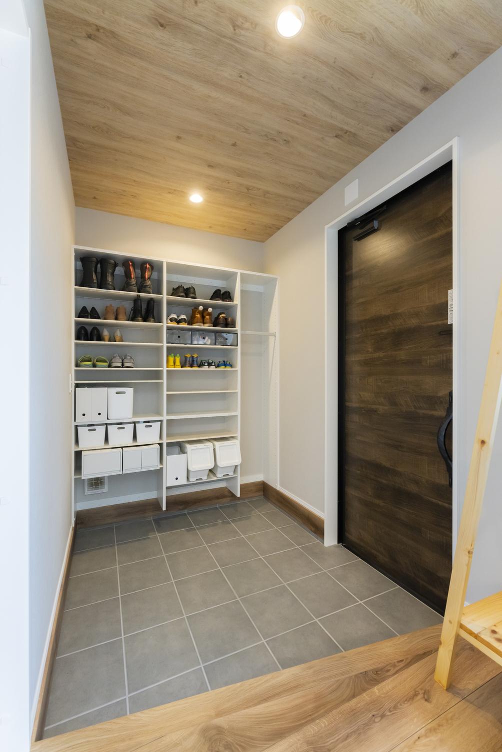 玄関では、天井に木目を採用。ナチュラルで暖かな印象に。