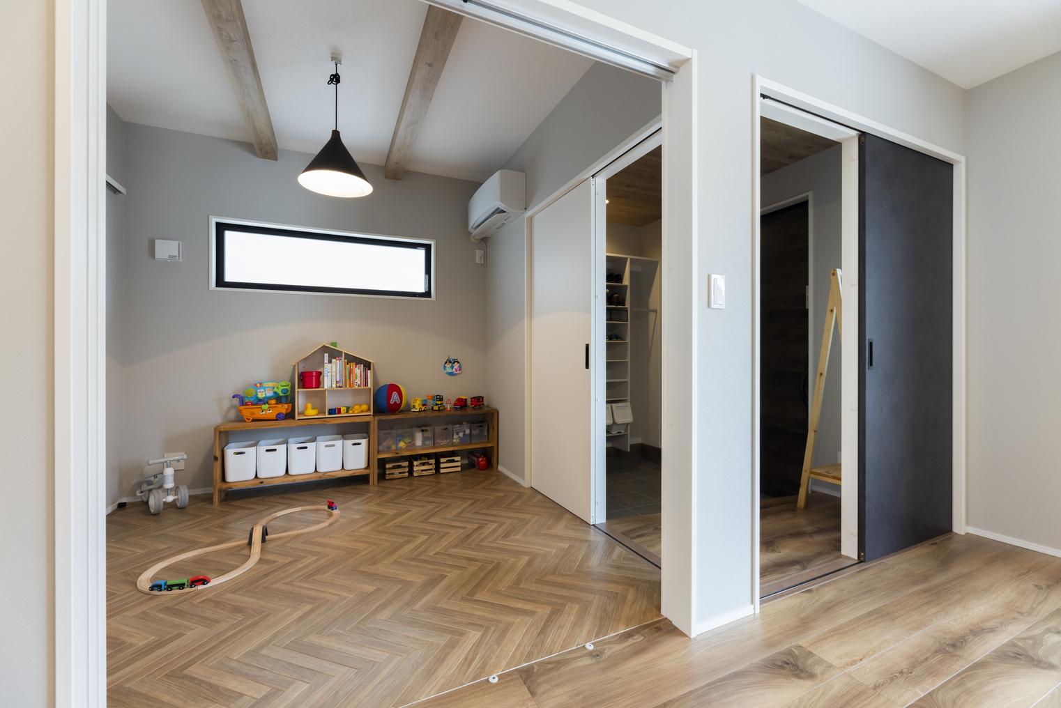 LDKに隣接している洋室。アクセントクロスの仕上げの見せ梁が空間をオシャレで広々した印象にしてくれる