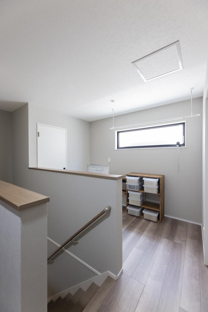 2階ホールスペース。室内干しもできるよう物干し竿を設置。