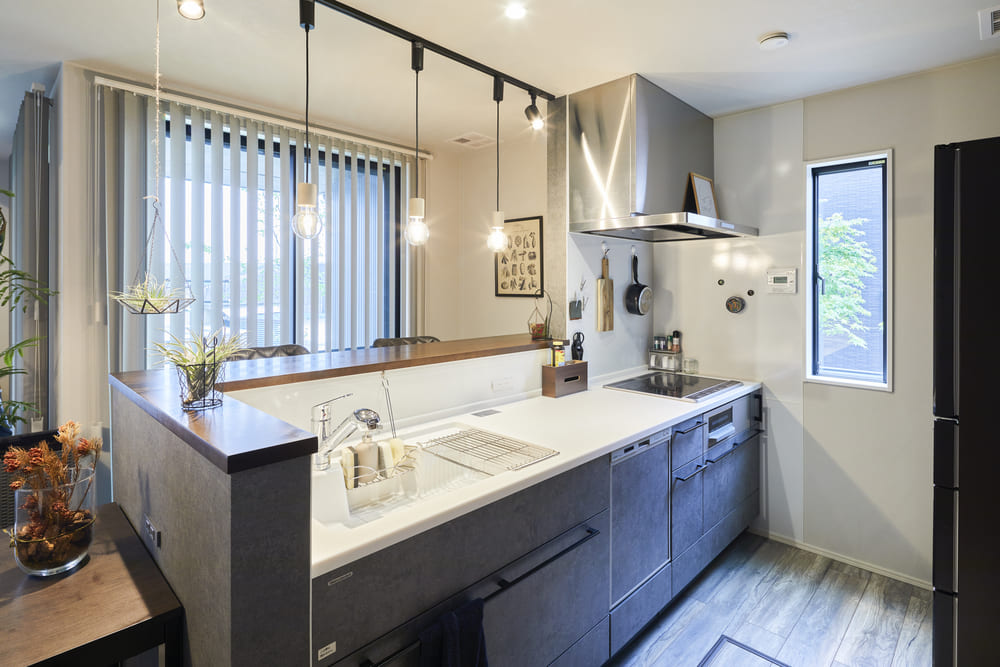 キッチンの腰壁を作ることで、リビングから手元を隠し、生活感が出がちなキッチンをスッキリ見せてくれる