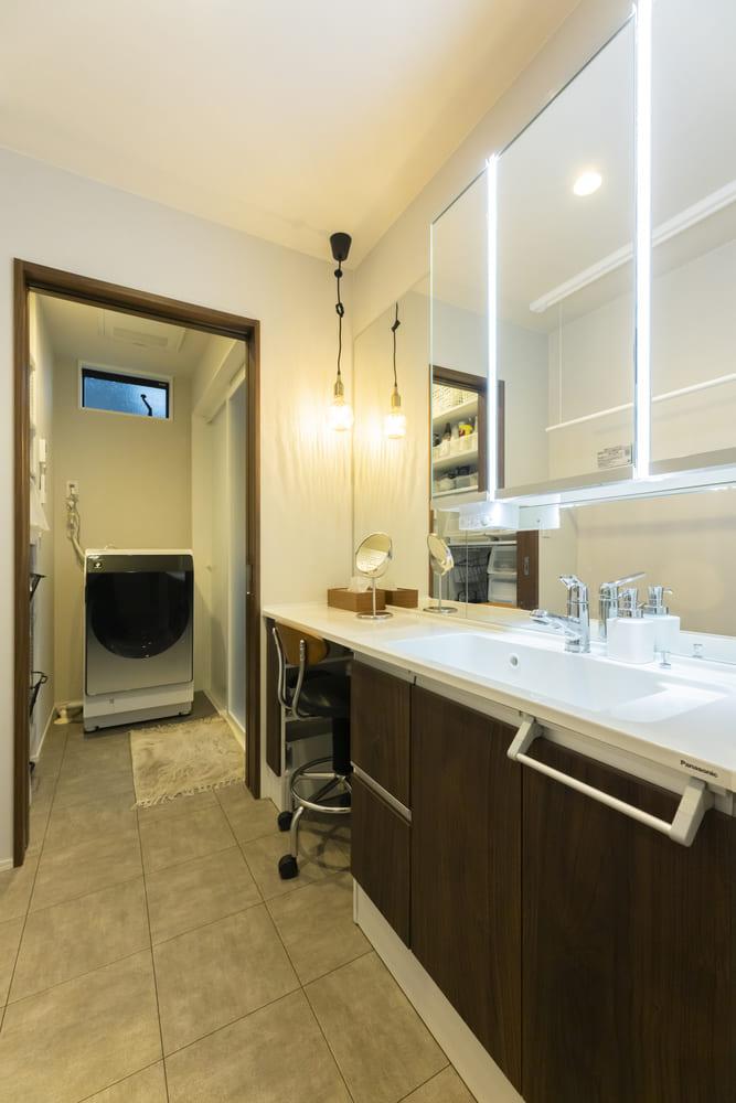 フリースペースを設置し壁面一面をミラーとした使い勝手の良いワイド洗面化粧台。2階に水回りをまとめることで、1階のLDKを広く確保している