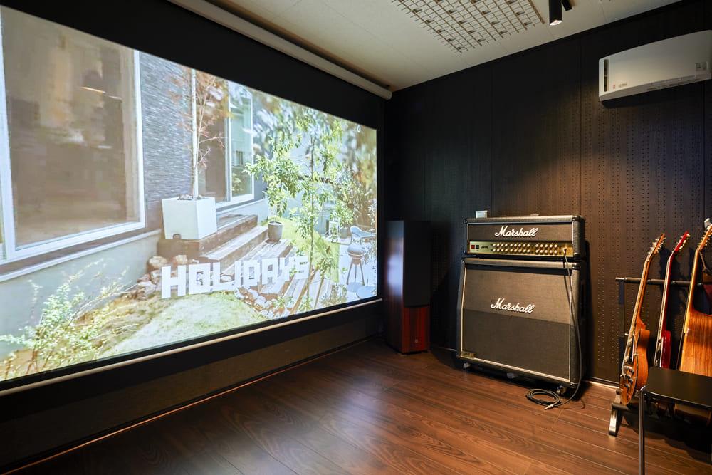 音楽の趣味を存分に楽しむことができる防音室を備えた。プロジェクターの取り付けをしており、大きなスクリーンで映画鑑賞も可能