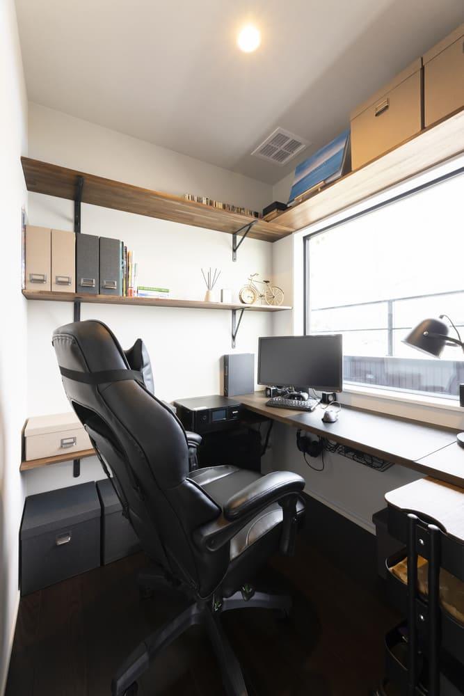 完全個室のワークスペースは、プライベートと作業の空間を分けることができる