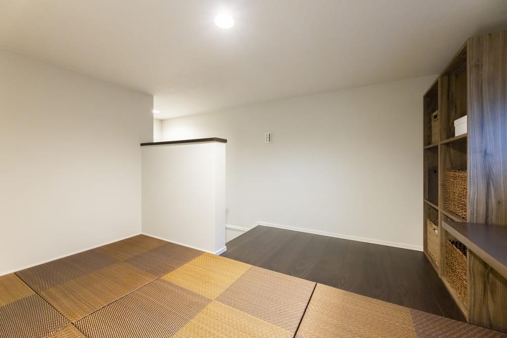 ごろんと横になることができる広さを確保したロフト。収納量抜群な収納棚の横には書き物をするカウンターが取り付けられている