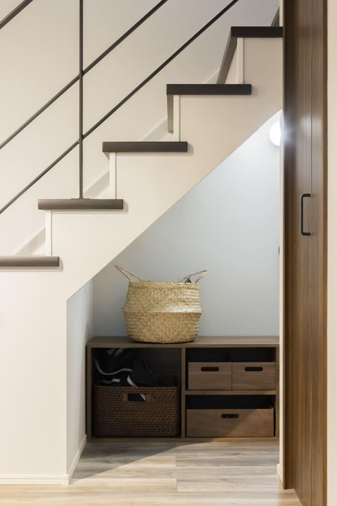 階段下を有効利用し収納スペースを設けた