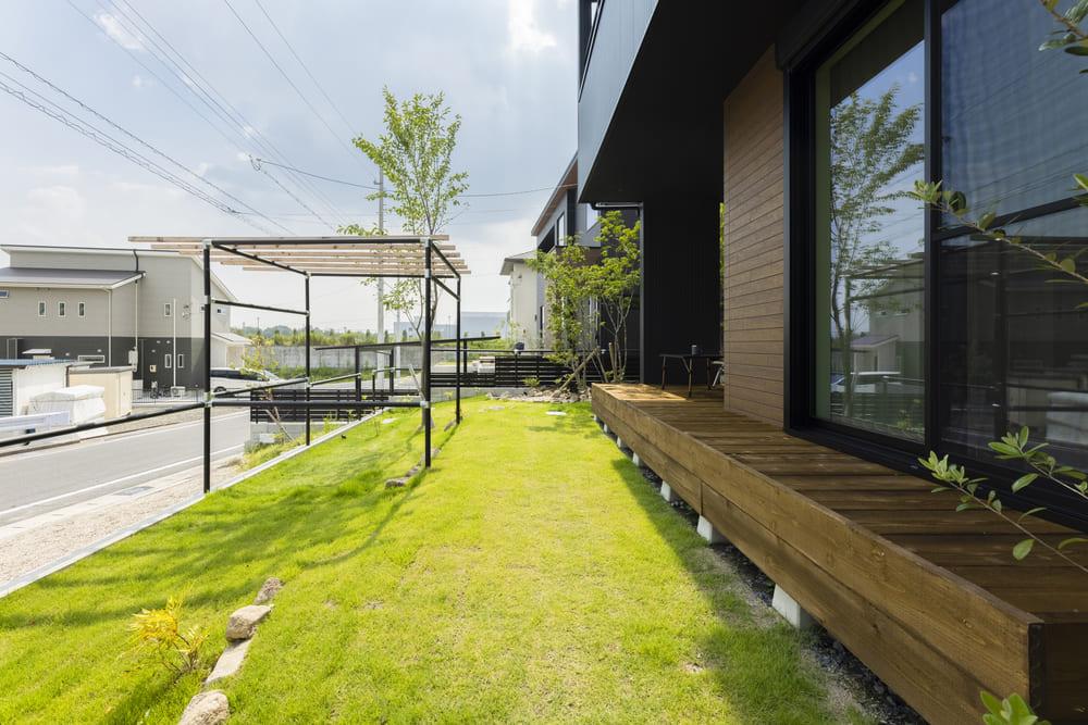 ウッドデッキから続く広々とした芝生のお庭。涼しげで自然の雰囲気が魅力的