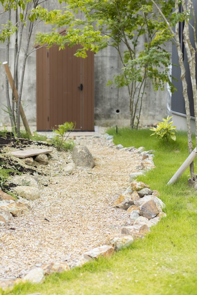 芝生の緑に映える小道。おしゃれなお庭のワンポイントに