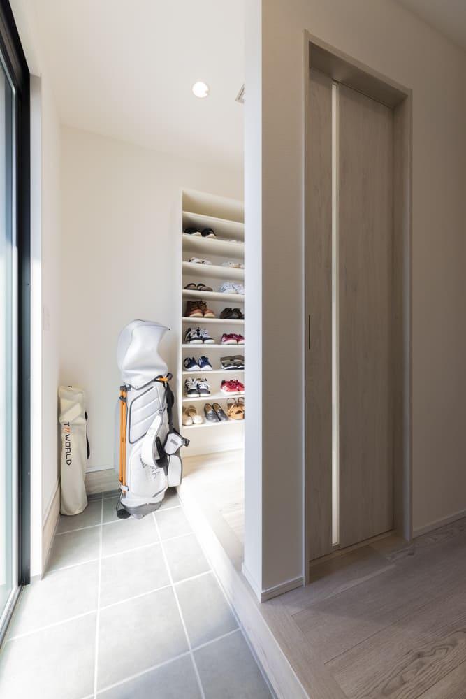 玄関は敷居を設置し空間を仕切っている。SICと繋がっており、アウトドアグッズなど趣味のアイテムも収納できる