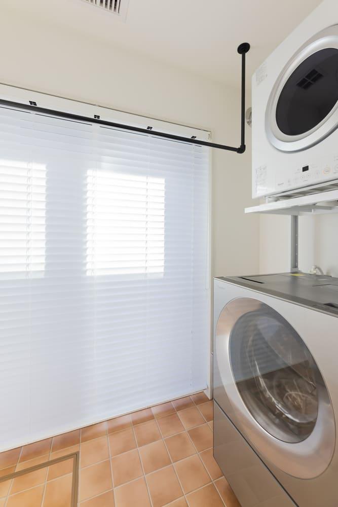 脱衣室の横に配置したランドリールーム。洗濯物を干せるつくりで、動線のムダのなさが魅力的