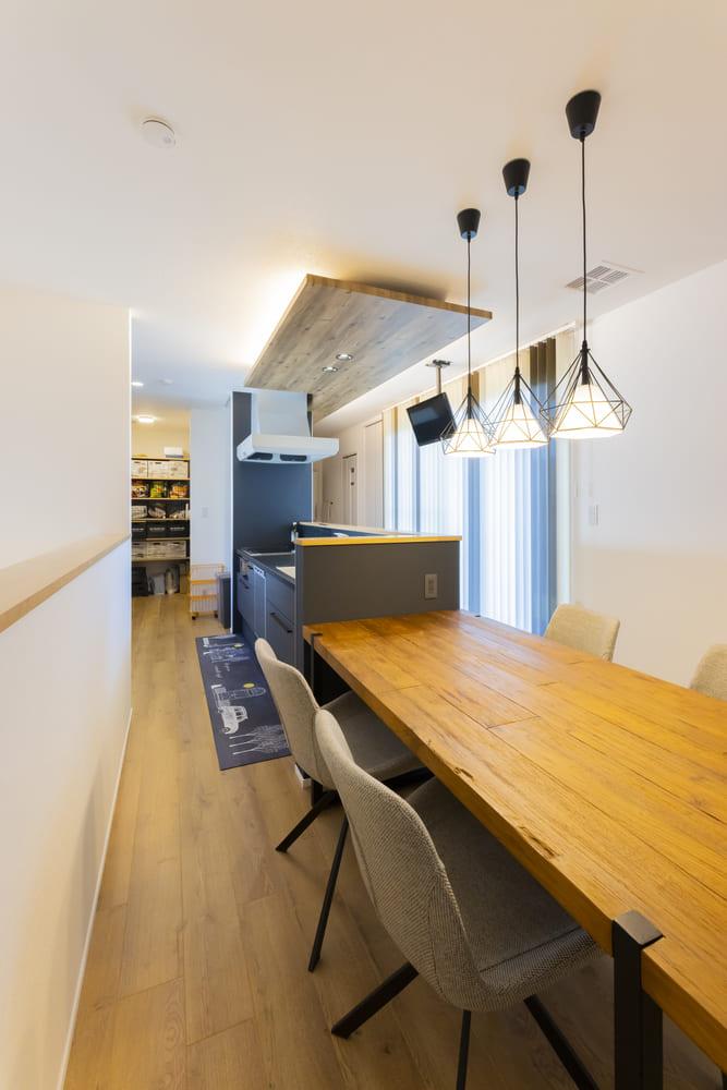 キッチンとダイニングを横並びの配置とした。天井にTVを取り付け、料理をしながら楽しむことができる