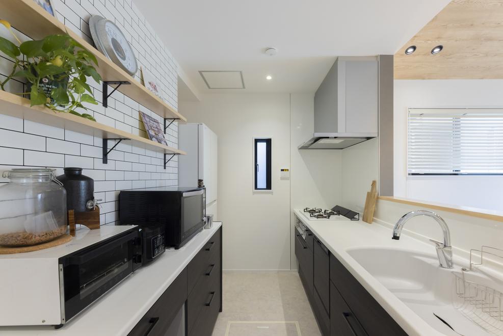 キッチンの腰壁は手元を隠すだけでなく、水はねや油はねを軽減してくれる。