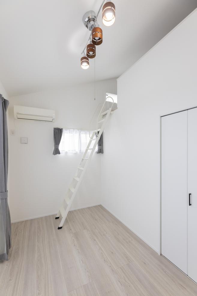 白で統一した寝室には、勾配天井を生かしたロフトを設置。