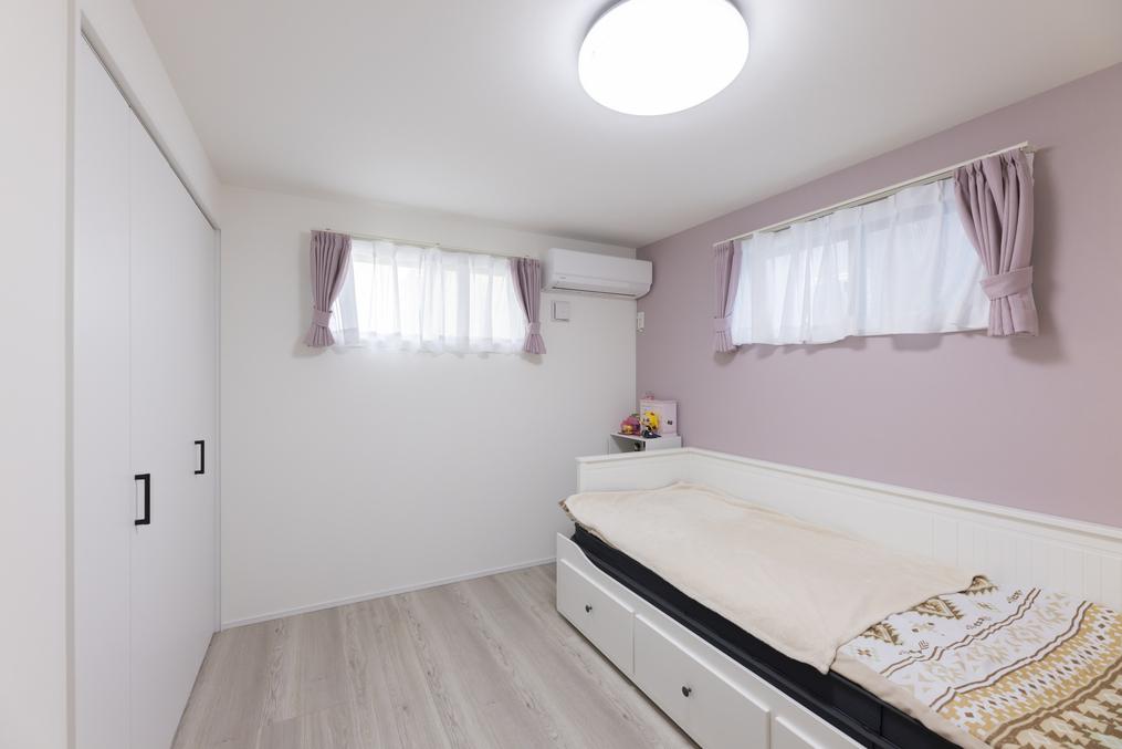 窓を高い位置に設置することで、プライベートが守られた空間に。