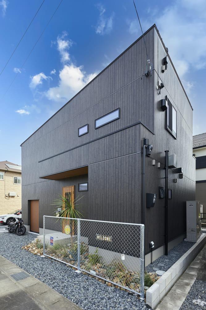 ブラックがメインのクールな外観。砂利の駐車場に映えるデザインとなっている