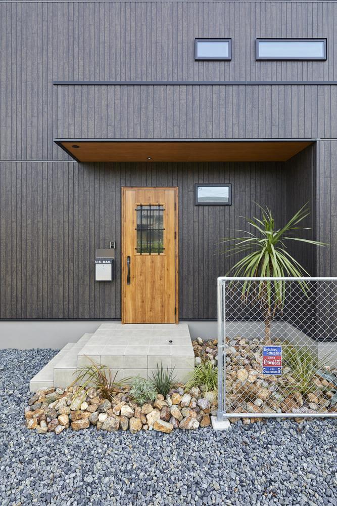 ブラウンの玄関ドアを採用したことで、ダークトーン外壁のアクセントとなっている