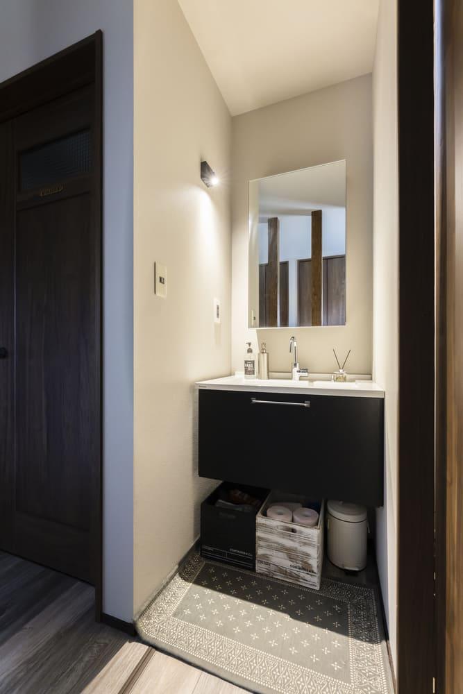 玄関付近に設置した独立洗面台は帰宅してからすぐに手洗いができる