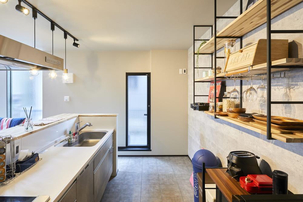 キッチンの背面に造作棚をあしらえた。収納も、インテリアの一部とし目を引くポイントに