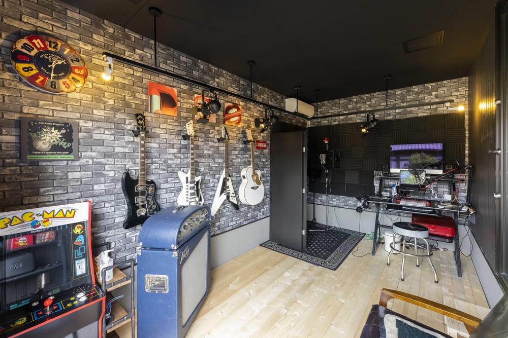 ガレージを上手く活用したご主人様のスタジオ兼仕事スペース。ギターを飾ったり、ステージを設置したりとご主人様のこだわりをふんだんに詰め込んだ