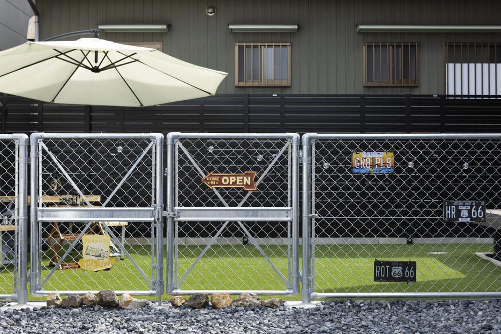 アメリカンフェンスを使用した芝生のお庭では、ワンちゃんが元気に走り回れることができる