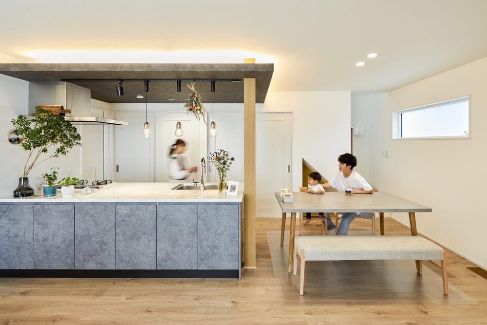 キッチンとダイニングを横並びに配置することで、効率よくスペースを活用し、リビングの空間を広くとっている