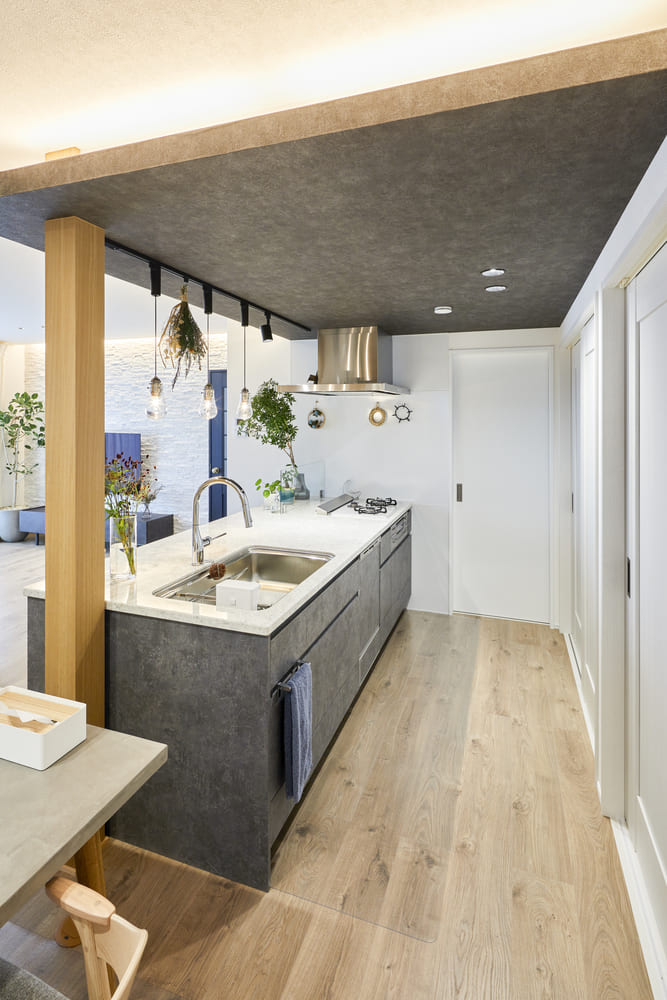 ペニンシュラ型のキッチンを採用。キッチン前に壁が無いため、広々とした印象に