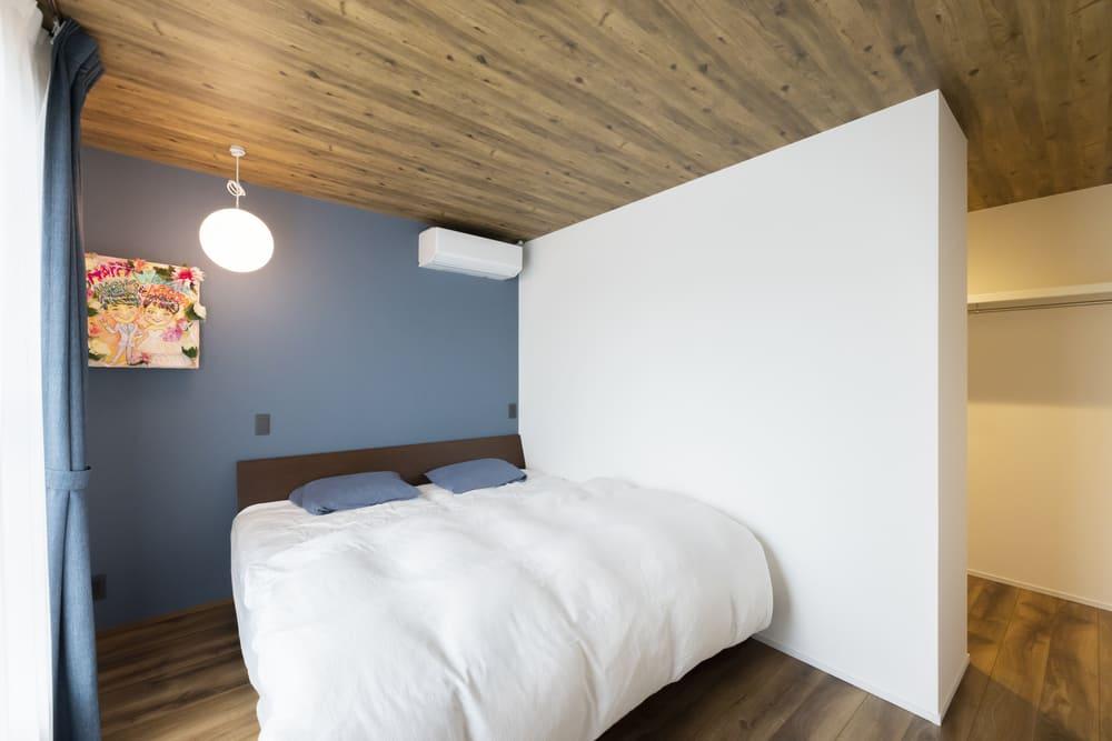 寝室は天井と床を木目調で統一し、落ち着きのある空間に仕上がった