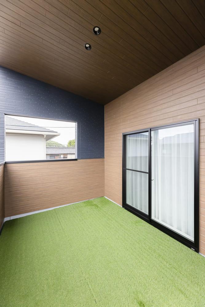 奥行・間口たっぷりの開放的なバルコニー。一部に勾配天井の屋根が掛かっているので、強い日差しを遮ってくれる