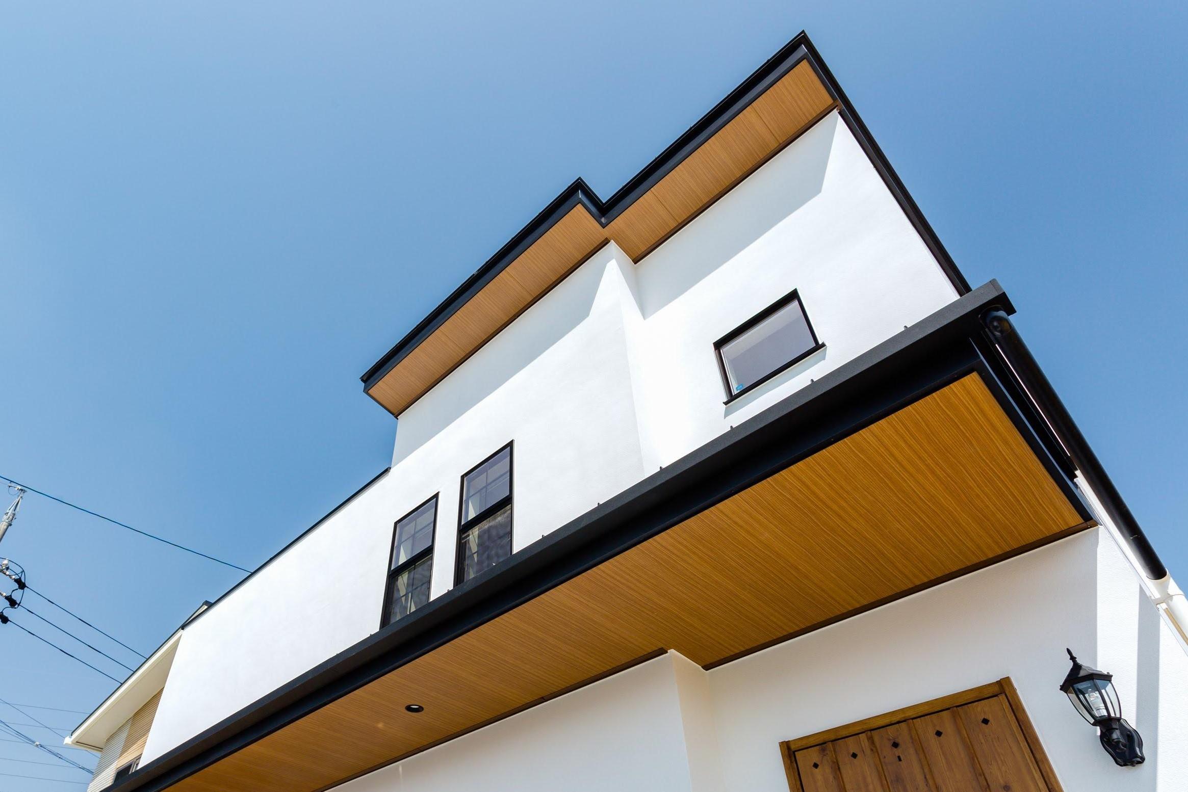 軒天や玄関ドアを木質調に統一し、上品かつ遊び心ある印象に