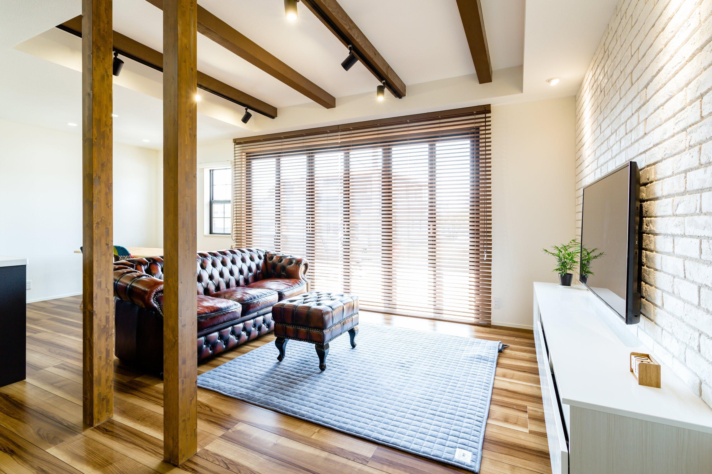 重厚感あるソファが存在感を放つ。LDKの壁の1面はレンガ調にし、カフェスタイルを強調している