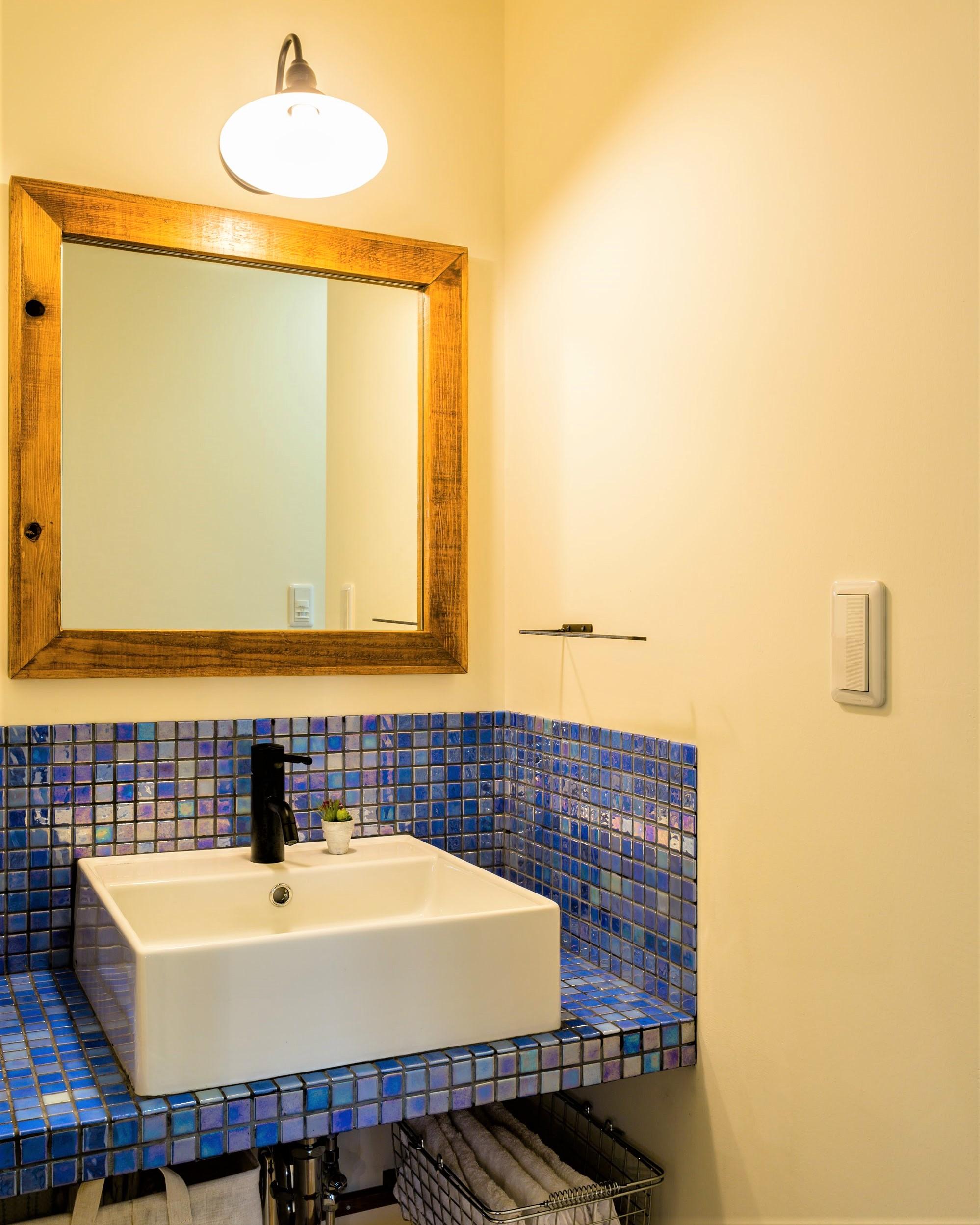 鮮やかなタイルをあしらった造作洗面台。LDKの一角に設置されており、来客時にも使いやすい