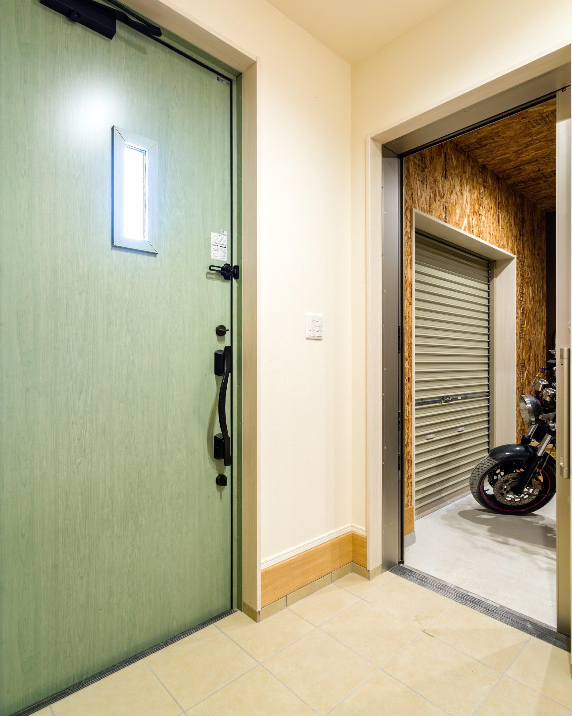 バイクガレージと玄関は繋がっており、外に出ることなく趣味の時間に没頭できる