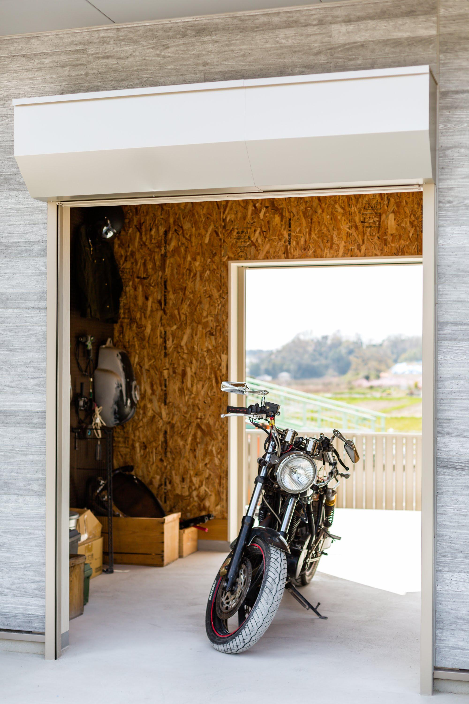 ご主人様こだわりのバイクガレージ。OSB合板を用いワイルドな印象に