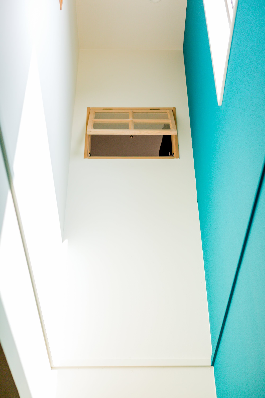 居室からリビングの様子を確認できる室内窓を吹抜け部分には設置した