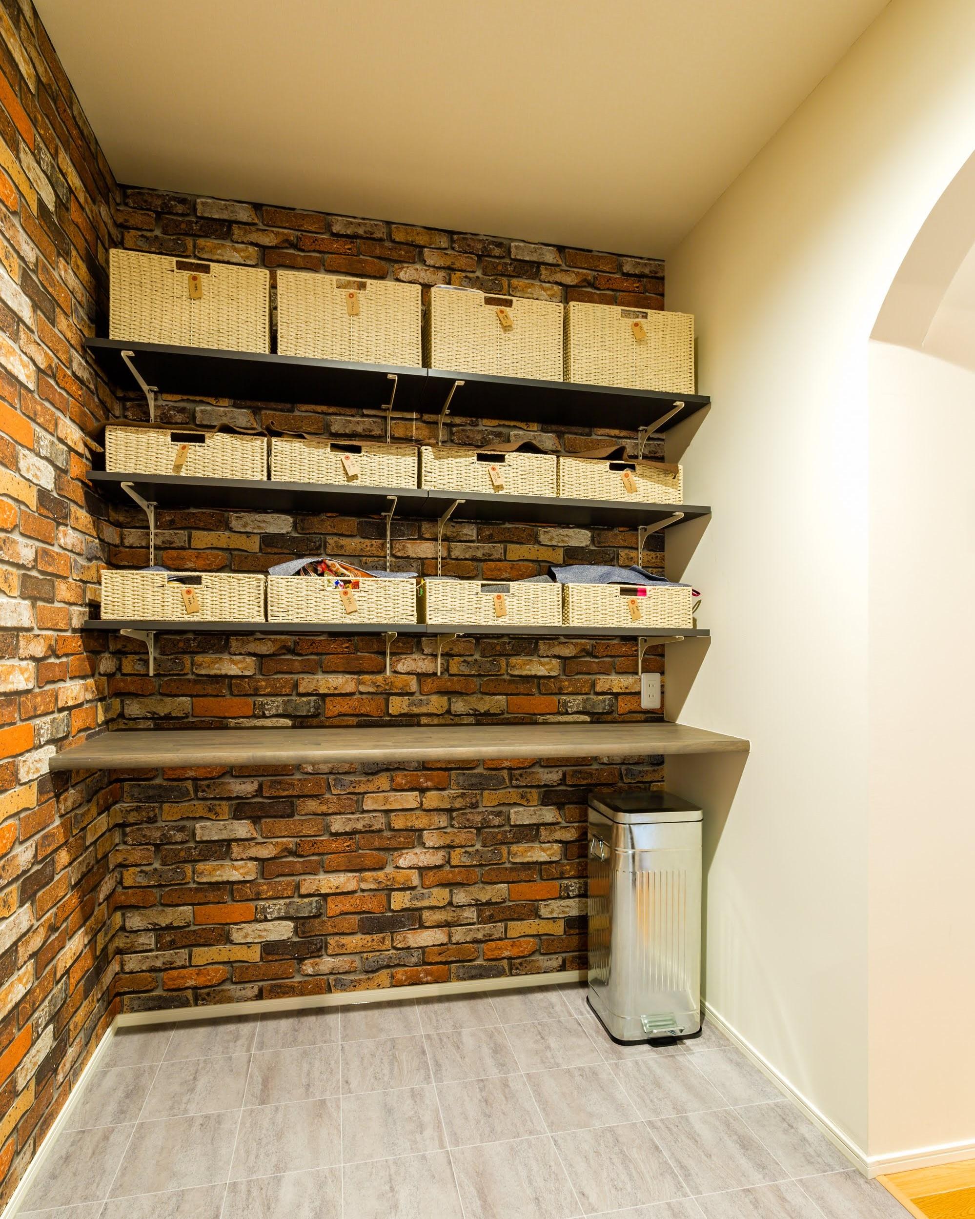 大容量のパントリーをキッチン裏に設計
